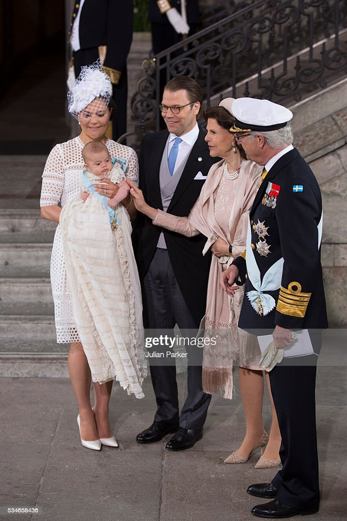 <a gi-track='captionPersonalityLinkClicked' href=/galleries/search?phrase=Crown+Princess+Victoria+of+Sweden&family=editorial&specificpeople=160266 ng-click='$event.stopPropagation()'>Crown Princess Victoria of Sweden</a> holds Prince Oscar, Duke of Skane, with Prince Daniel of Sweden, Queen Silvia of Sweden, and King Carl Gustaf of Sweden, after the ceremony at the Royal Palace in Stockholm for the Christening of Prince Oscar of Sweden on May 27, 2016 in Stockholm, Sweden.
