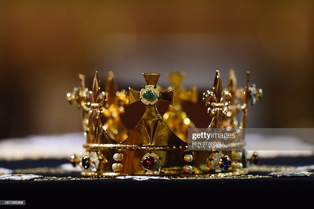A crown rests on the coffin containing the remains of King Richard III, draped in a specially-embroidered 'pall' and adorned with a crown as it sits in repose inside Leicester Cathedral in Leicester, central England on March 22, 2015. Richard, who ruled England from 1483 until his death in 1485 at the Battle of Bosworth, will be laid to rest on March 26, 2015 in Leicester Cathedral, across the street from where his remains were located in 2012.