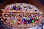 crêpe avec chandeleur écrit au chocolat avec des bonbons