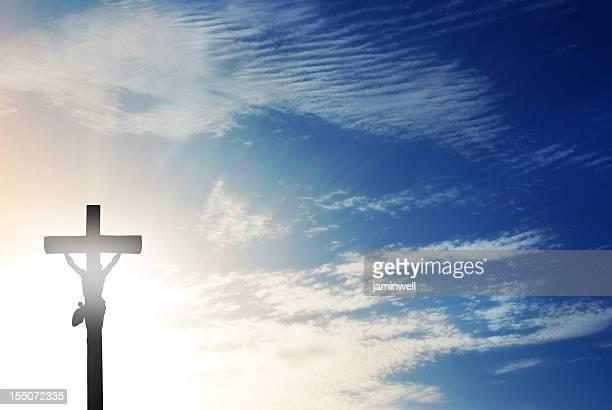 crucifix contre ciel menaçant et Rayon de soleil soleil