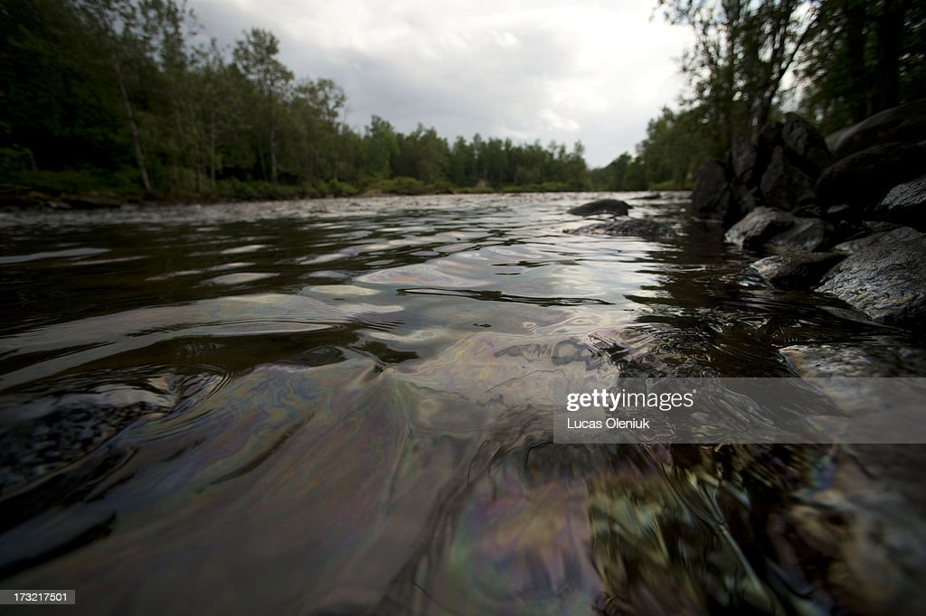 Crude oil from the Lac-MÈgantic spill flowed down the ChaudiËre River Tuesday afternoon threatening towns and ecosystems downstream.