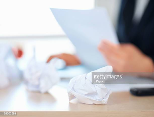 Ruvida carta sulla scrivania di un imprenditore