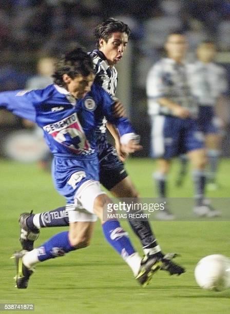 Cruz Azul defender Guadalupe Castaneda fights for the ball with Pachuca's Alberto Rodriguez 19 December 1999 in Mexico City El defensor del Cruz Azul...
