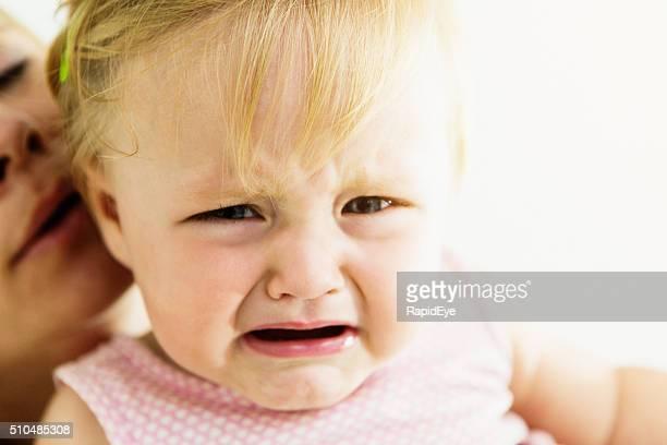 Pleurer une vieille fille étant apaisé par Dame en arrière-plan