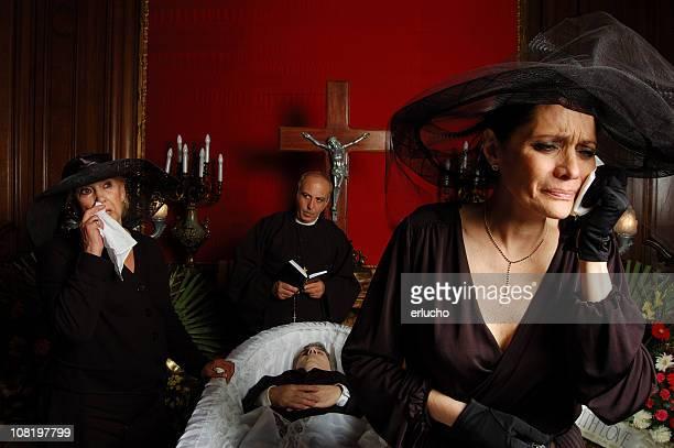 Pianto Vedova in abiti neri in Chiesa cattolica di pompe funebri