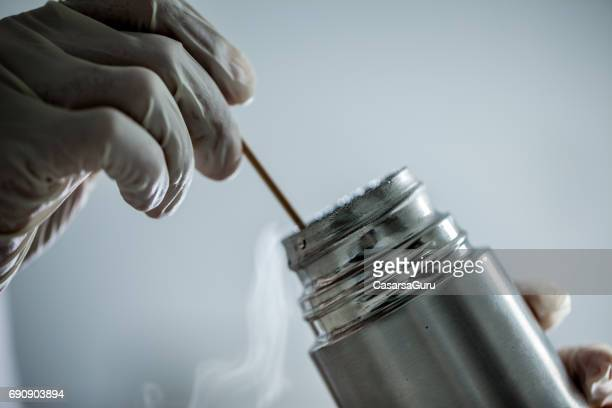 Cryothérapie, à l'aide de coton tige et l'azote liquide