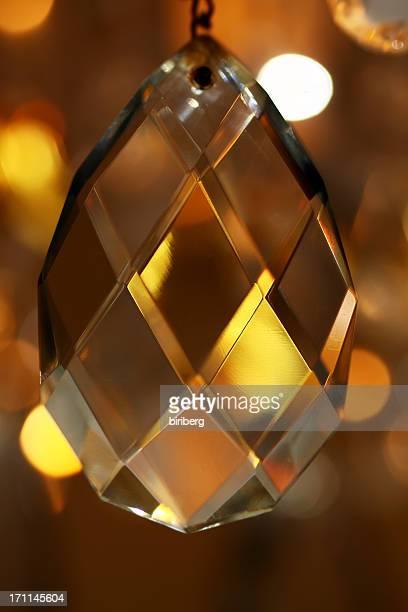 Un chandelier de cristal