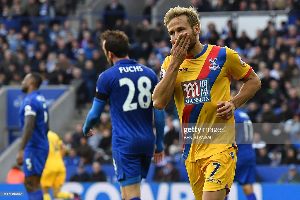 Crystal Palace's French midfielder Yohan Cabaye (R) celebrates scoring their first goal during the English Premier League football match between Leicester City and Crystal Palace at King Power Stadium in Leicester, central England on October 22, 2016. / AFP / Ben STANSALL / RESTRICTED TO EDITORIAL USE. No use with unauthorized audio, video, data, fixture lists, club/league logos or 'live' services. Online in-match use limited to 75 images, no video emulation. No use in betting, games or single club/league/player publications. /