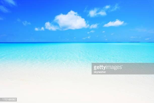 Crystal transparent de la mer et du ciel bleu.