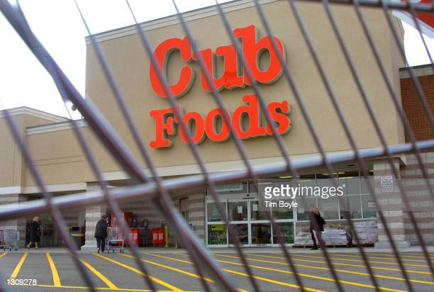 Cub Foods store is seen through a grocery shopping cart December 4 2000 in Niles Illinois The nation''s tenthlargest retail supermarket chain...