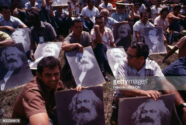 Cubains montrant des portraits de Karl Marx circa 1980 à Cuba