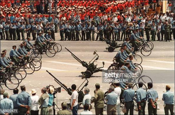 Ideas para el fortalecimiento de nuestra Milicia Bolivariana - Página 2 Cuban-army-troops-riding-bicycles-pull-antiaircraft-guns-01-may-1994-picture-id52022471?s=594x594
