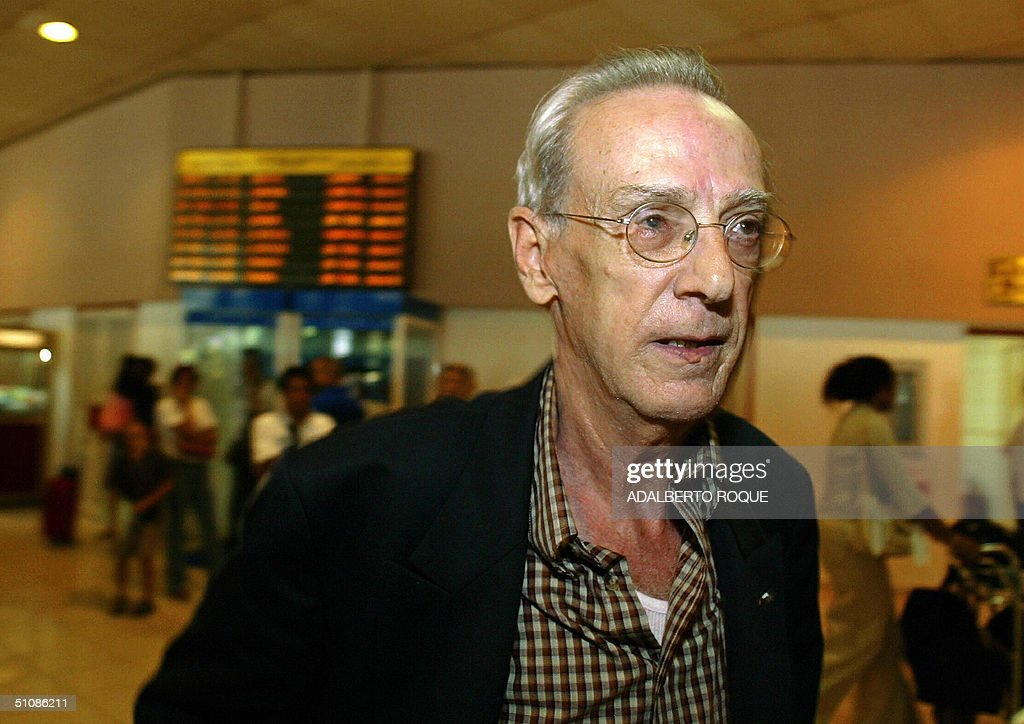 Cuban leader Eloy Gutierrez Menoyo of the opposition organization ?Cambio Cubano? arrives at Havana's Jose Marti international Airport 20 July 2004 from Spain where he attended the Socialist Party (PSOE) Congress. Since eleven months ago Menoyo is in Cuba without a national identity document , even thogh the Cuban Government never forced him to leaves Cuba. AFP PHOTO/Adalberto ROQUE