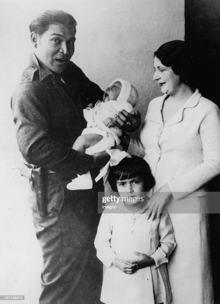 Cuban military and politician Fulgencio Batista with his wife and children. 1934. Photograph. (Photo by Imagno/Getty Images) Der kubanische Militär und Politiker Fulgencio Batista mit seiner Frau und seinen Kindern. 1934. Photographie.
