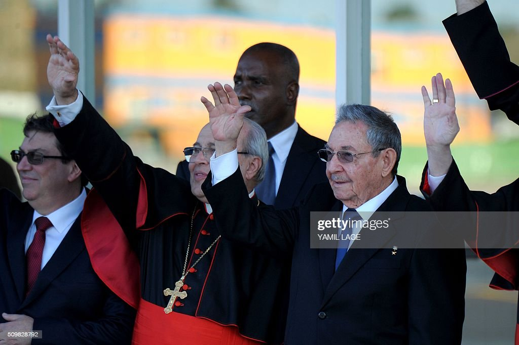 Cuban President Raul Castro (R) and Cuban Cardinal Jaime Ortega (C) wave to Pope Francis at Jose Marti International Airport in Havana as he leaves for Mexico on February 12, 2016. Pope Francis and Russian Orthodox Patriarch Kirill kissed each other and sat down together Friday at Havana airport for the first meeting between their two branches of the church in nearly a thousand years. AFP PHOTO/YAMIL LAGE / AFP / YAMIL LAGE