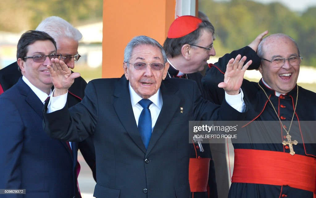 Cuban President Raul Castro (C) and Cuban Cardinal Jaime Ortega (R) wave to Pope Francis at Jose Marti International Airport in Havana as his plane takes off for Mexico on February 12, 2016. Pope Francis and Russian Orthodox Patriarch Kirill kissed each other and sat down together Friday at Havana airport for the first meeting between their two branches of the church in nearly a thousand years. AFP PHOTO/ADALBERTO ROQUE / AFP / ADALBERTO ROQUE