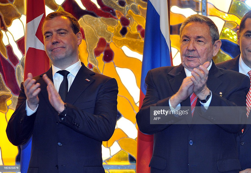 Cuban President Raul Castro (R) and Russian Prime Minister Dmitry Medvedev (L) applaud during the signing of bilateral agreements on February 21, 2013 in Havana. Medvedev is in Cuba on an official 2- day visit. AFP PHOTO / POOL / Ernesto Matrascusa
