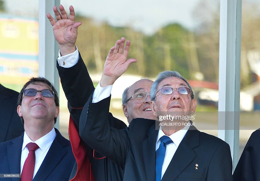 Cuban President Raul Castro (C) waves to Pope Francis at Jose Marti International Airport in Havana as his plane takes off for Mexico on February 12, 2016. Pope Francis and Russian Orthodox Patriarch Kirill kissed each other and sat down together Friday at Havana airport for the first meeting between their two branches of the church in nearly a thousand years. AFP PHOTO/ADALBERTO ROQUE / AFP / ADALBERTO ROQUE