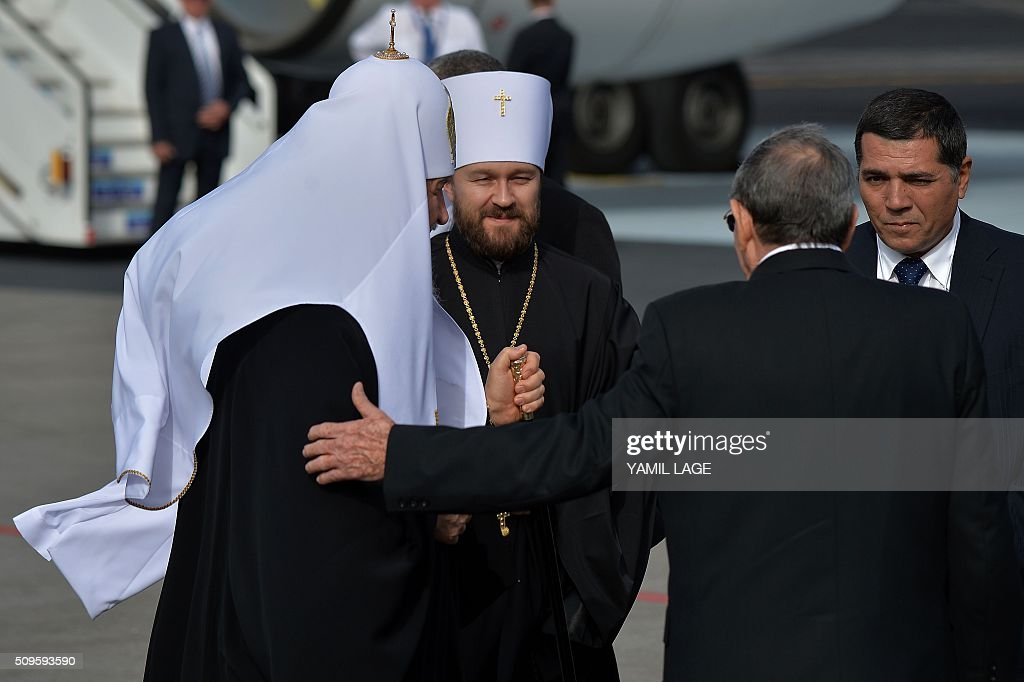 Cuban president Raul Castro (2-R) welcomes Patriarch of Moscow and All Russia and Primate of the Russian Orthodox Church, Kirill (L), upon his arrival at Jose Marti International airport in Havana, on February 11, 2016. Russian Patriarch Kirill arrives in Cuba for an official visit during which he will meet with Pope Francis, a dialogue that seeks rapprochement between the two churches. AFP PHOTO/YAMIL LAGE / AFP / YAMIL LAGE