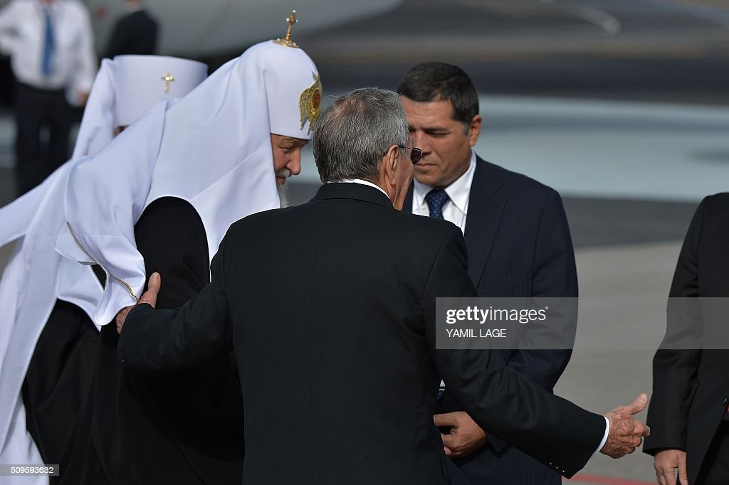 Cuban president Raul Castro (C) welcomes Patriarch of Moscow and All Russia and Primate of the Russian Orthodox Church, Kirill (L), upon his arrival at Jose Marti International airport in Havana, on February 11, 2016. Russian Patriarch Kirill arrives in Cuba for an official visit during which he will meet with Pope Francis, a dialogue that seeks rapprochement between the two churches. AFP PHOTO/YAMIL LAGE / AFP / YAMIL LAGE