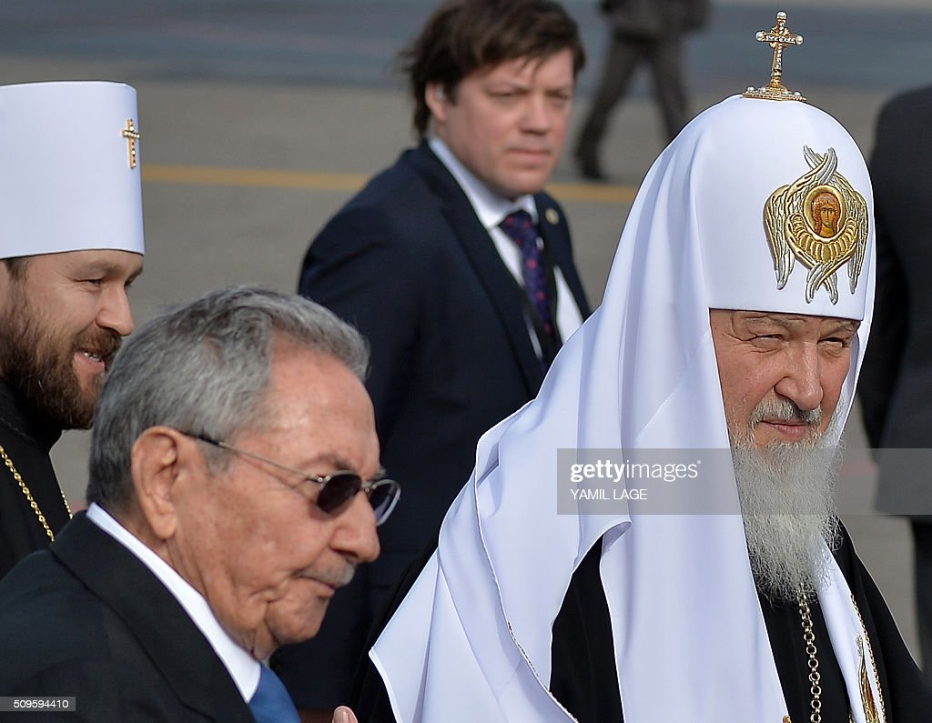 Cuban president Raul Castro (L, bottom) welcomes Patriarch of Moscow and All Russia and Primate of the Russian Orthodox Church, Kirill (R), upon his arrival at Jose Marti International airport in Havana, on February 11, 2016. Russian Patriarch Kirill arrives in Cuba for an official visit during which he will meet with Pope Francis, a dialogue that seeks rapprochement between the two churches. AFP PHOTO/YAMIL LAGE / AFP / YAMIL LAGE / AFP / YAMIL LAGE