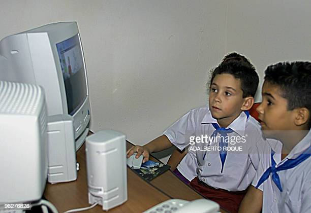Cuban rafter Elian Gonzalez plays on the computer during the inauguration of a new museum of ideas 14 July 2001 El nino balsero Elian Gonzalez juega...