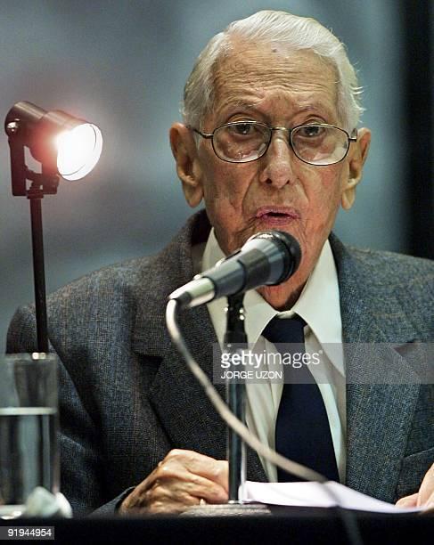 Cuban writer talks to the press after receiving the Juan Rulfo award in Guadalajara Mexico 30 November 2002 El escritor cubano Cintio Vitier habla...