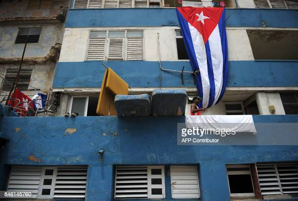 TOPSHOT Cubans put matresses and bedclothes to dry ensuing the passage of Hurricane Irma in Havana on September 12 2017 / AFP PHOTO / YAMIL LAGE