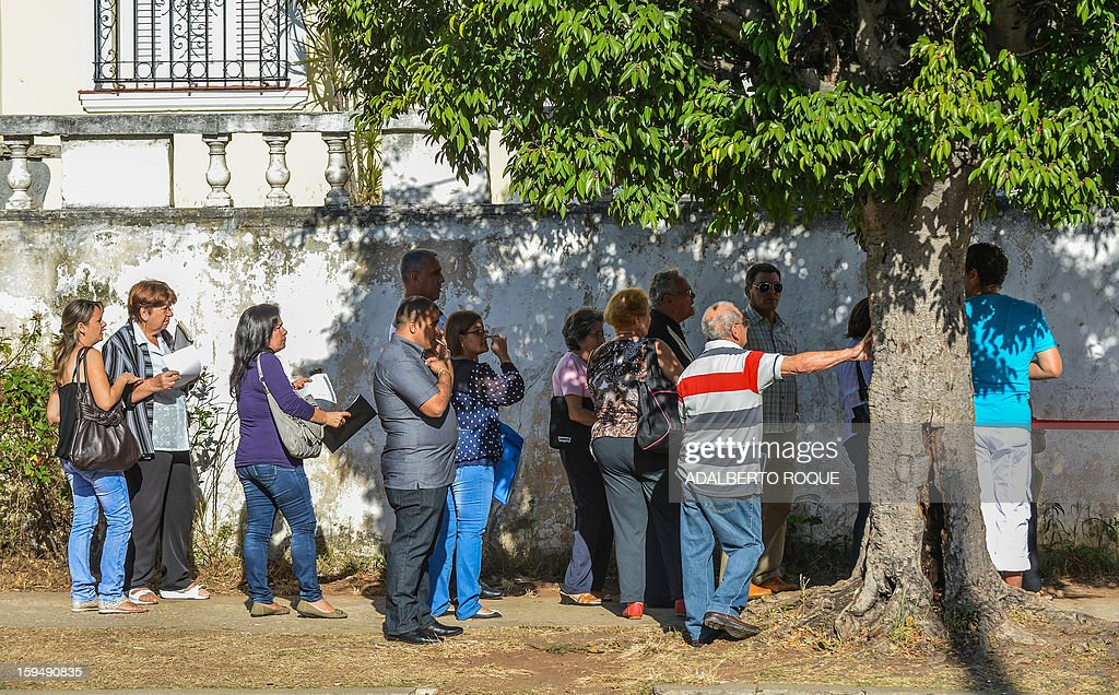 Cubans queue outside the Mexican Embassy in Havana, to request visas, on January 14, 2013. A law allowing Cubans to travel abroad without special exit visas took effect on the communist-ruled island for the first time in half a century. The measure does away with the exit visas that have kept most Cubans from ever traveling abroad. AFP PHOTO/ADALBERTO ROQUE