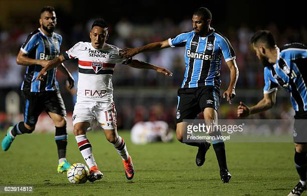 Cueva of Sao Paulo fights for the ball with Wallace Reis of Gremio during the match between Sao Paulo and Gremio for the Brazilian Series A 2016 at...