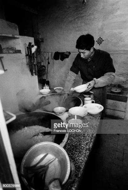 Cuisinier dans la cantine d'un atelier de mécanique à Hola en février 1979 en Chine