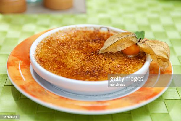 Kulinarische Bild einer dekadenten crème brûlée mit Lavendelaroma