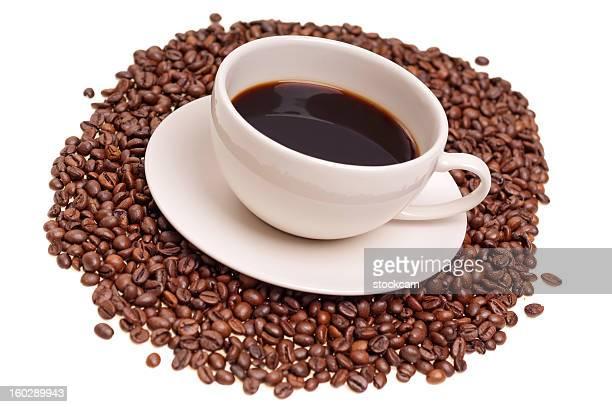 Tasse schwarzen Kaffee und Bohnen