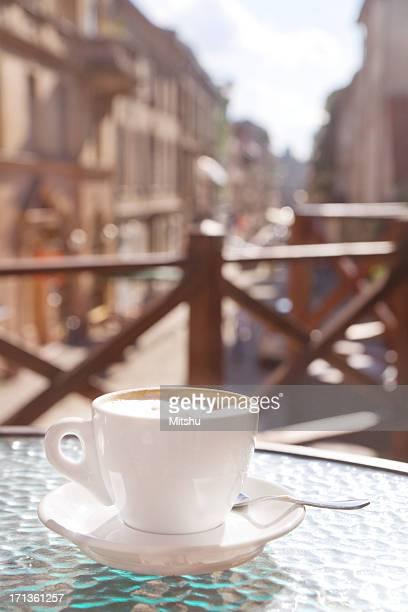 カップの外側のカフェでカプチーノ