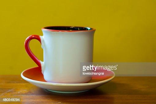 Taza de café sobre la mesa en Café : Foto de stock