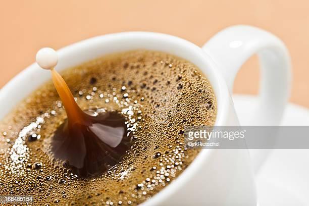 Tasse Kaffee mit Milch splash.