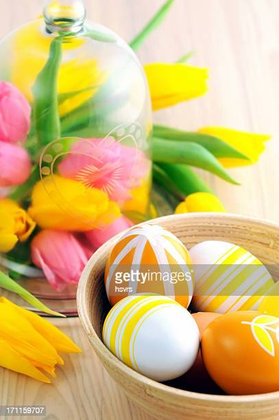 Tasse d'oeufs de Pâques et verre avec fleur de Tulipe chefs