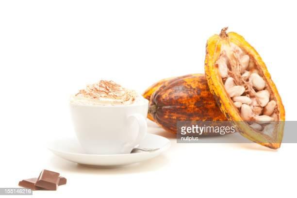 Tasse heiße Schokolade mit Kakao pods auf Weiß