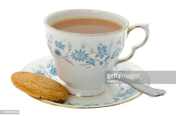 Taza de té con una galleta con pedacitos de chocolate