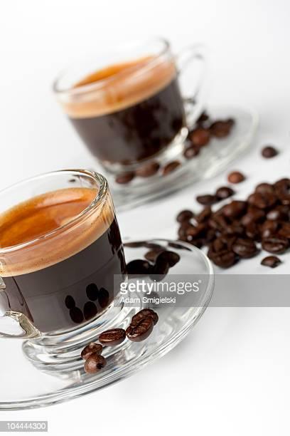 Tasses de café avec les grains de café et de crème