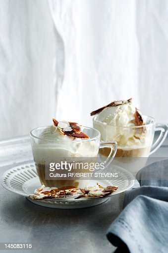 Cups of hot chocolate with nut brittle : Stock-Foto