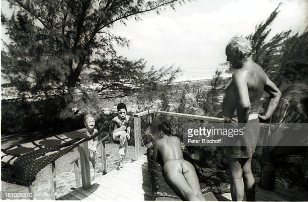 Curd Jürgens Ehefrau Margie Jürgens deren Tochter Miriam Schmitz ihr Spielkamerad Junge Bahamas/Karibik 1541977 Urlaub Tochter Familie mit Lehm/Sand...