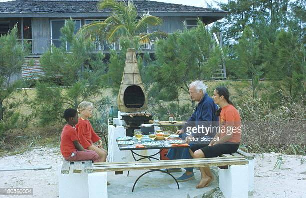 Curd Jürgens Margie Jürgens TochterMiriam schwarzer Freund Great HarbourCay/ Bahamas/ Karibik Haus GrillenGrill Holzbank
