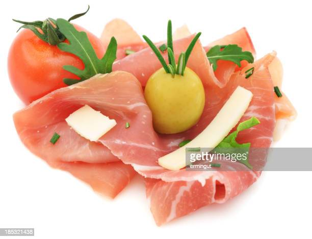 Hors-d'œuvre avec du jambon cru d'olive de roquette et de tomates cerises