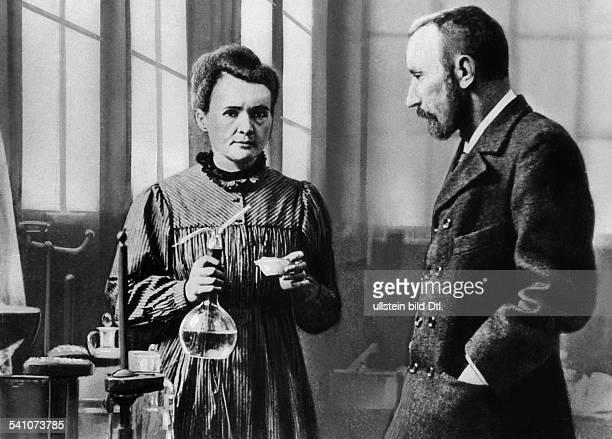 Curie Marie *07111867Wissenschaftlerin Physikerin Chemikerin Polen/Frankreich Nobelpreistraegerin mit ihrem Mann Pierre Curie bei der Arbeit im Labor...