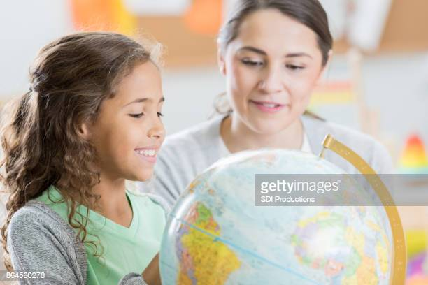 Neugierig elementare Student lernt Geographie