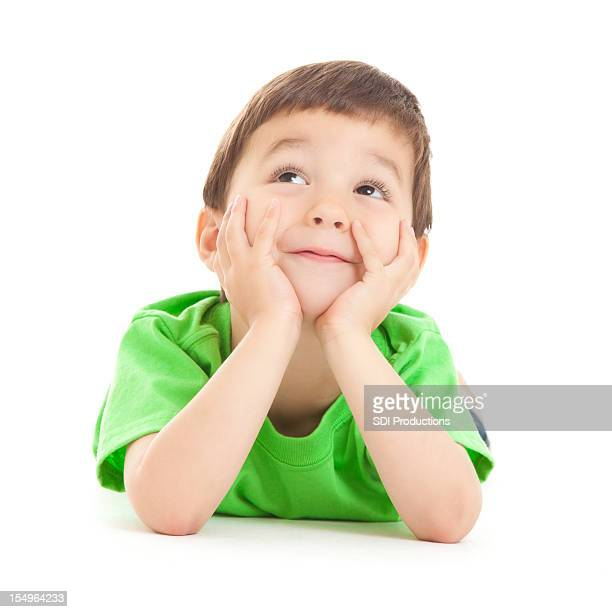 Curioso Little Boy Looking Up en blanco Backround