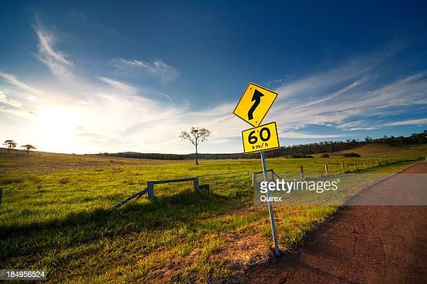 Curva estrada à frente