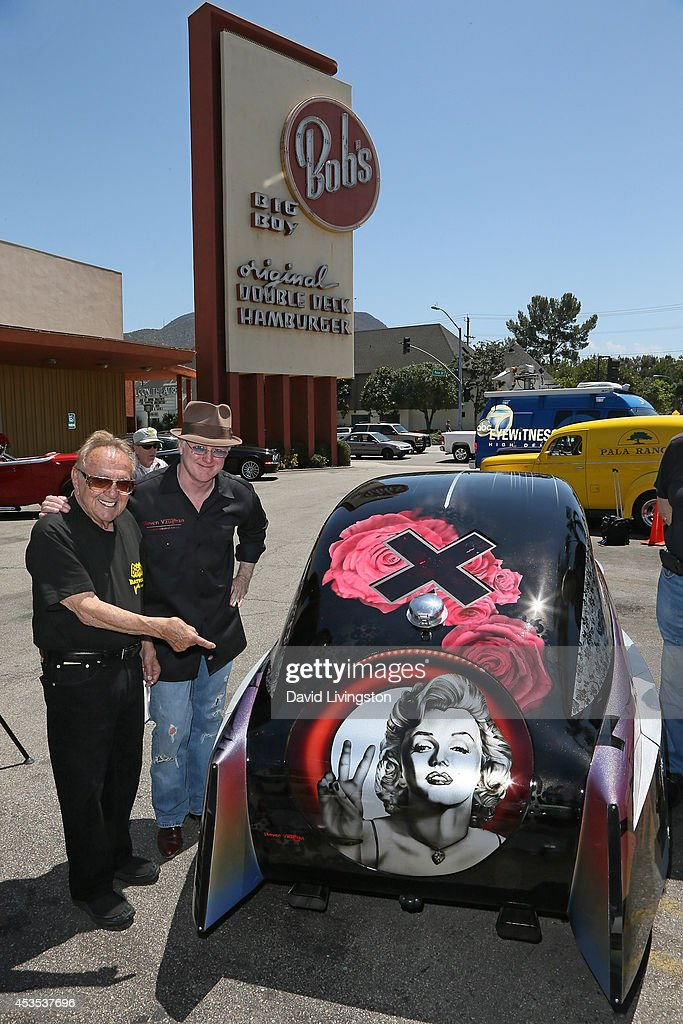 Custom cars designers <a gi-track='captionPersonalityLinkClicked' href=/galleries/search?phrase=George+Barris+-+Designer+de+autom%C3%B3veis&family=editorial&specificpeople=560096 ng-click='$event.stopPropagation()'>George Barris</a> (L) and Steven Vaughan attend the ARTROD unveiling at Bob's Big Boy on August 12, 2014 in Burbank, California.
