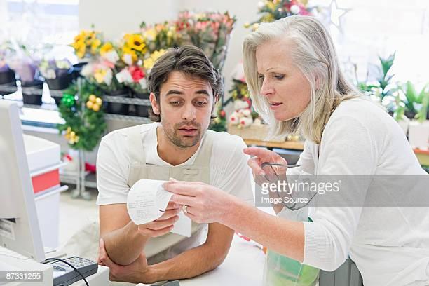 O cliente e vendas assistente Olhando para a recepção